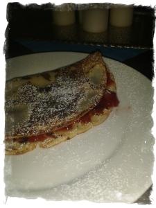 Pfannekuchen mit Erdbeermarmalade und Puderzucker